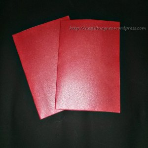 Siapkan kertas untuk dijadikan main-card. Ukurannya bisa kamu sesuiakan sendiri. Kamu bisa memilih untuk dibuat 1 sisi, 2 sisi, ataupun terbuka.