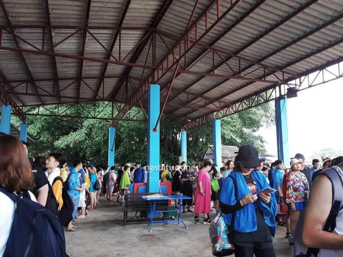 Suasana ruang tunggu di dermaga. Bersama turis dari grup lain mengantri untuk naik ke boat